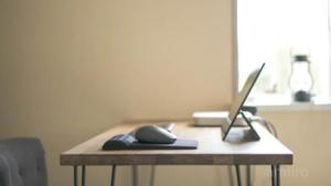 【WindowsとMacが混在】リモートワーク女性の在宅すっきりデスク環境